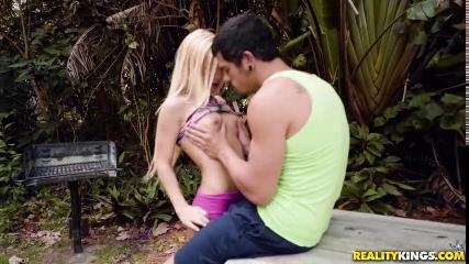 Тощая блондинка получает большой член на свежем воздухе
