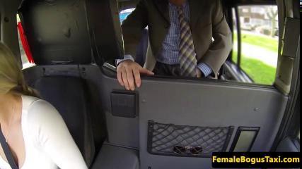 Бизнесмены трахнули телку в такси
