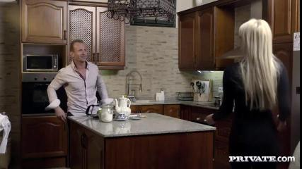 Два парня трахнули симпатичную подругу на кухне