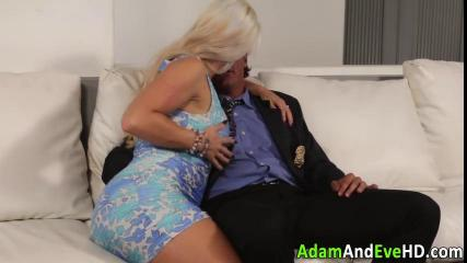 Блондинка с большой грудью наслаждается вагинальным сексом