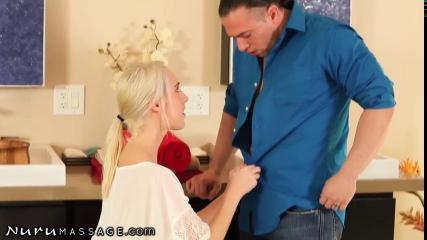 Блондинка соблазнила парня в душе и трахнула его волосатой киской