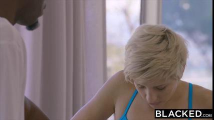 Блондинка с короткой стрижкой отдалась лысому негру в спортивном зале