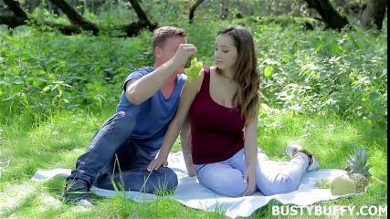 На природе в лесу парень трахнул сисястую подругу в растянутую дырку