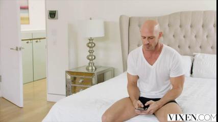 Лысый мужик натянул тугую щель девахи на длинный член в спальне