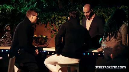 Четверо парней на диване трахают двух шлюшек в разных позах