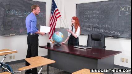 Рыжая студентка раздвигает ножки перед учителем в кабинете