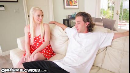 Худая блондинка соблазнила одногруппника на разврат, сжав член у основания двумя руками и обхватив залупу губами