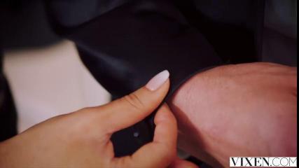Подкачанный брутальый мачо доводит до оргазма стройную брюнетку в черных чулках, трахая ее вагину на белой кровати