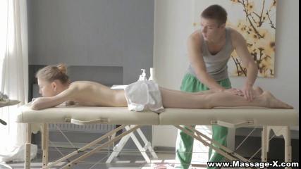 Намазав тело подруги маслом, массажист поставил её рачком  на столе и отымел её в выбритую промежность