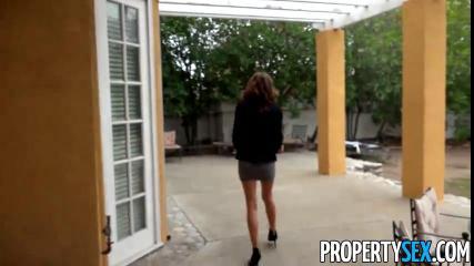 Молодая шалава занялась сексом верхом в чужом дворике