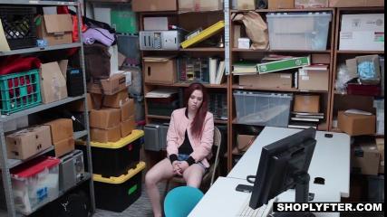Красноволосая девушка с маленькой грудью сосет у мужика в подсобке
