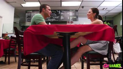Мачо получает жаркий миньет от незнакомки и трахает ее на столе в кафе