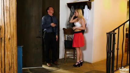 Друг мужа жарит в мандлу телку в красной юбке