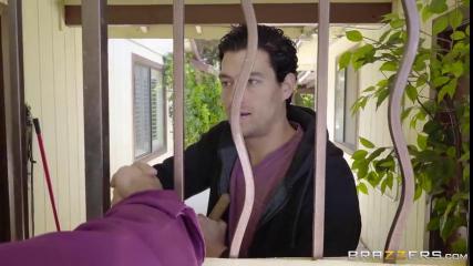 Проходимец пердолит в вагину хозяйку дома под забором