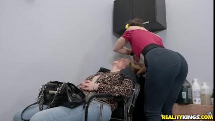 Похотливые парикмахерши склонили к вагинальной оргии скромного клиента