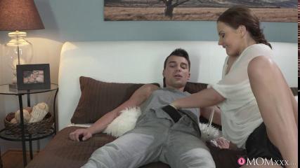 Стройный мужик вагинально удовлетворяет ненасытную соседку грубым сексом