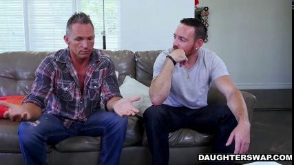 Два друга обменялись женами и трахнули их на диване