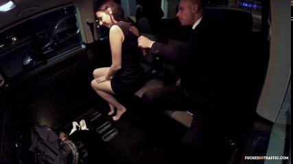 Похотливую сучку трахнул в такси