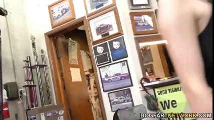 Толпа негров по очереди трахает девку в гараже