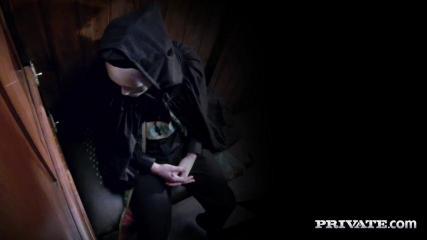 Незнакомец в маске поимел страстную брюнетку в церкви