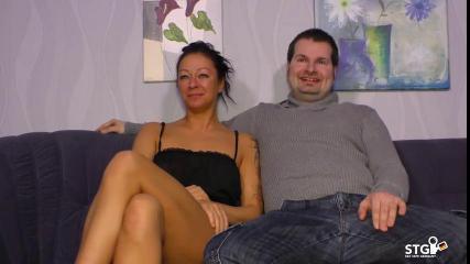 Страстная женщина в черной майке отдалась  парню на мягком диване