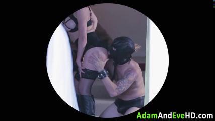 Мужик связывает пышную подругу и страстно трахает её на мягкой постели