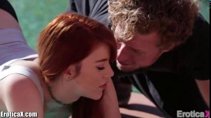 Рыжеволосая девушка с красивой грудью делает минет любовнику