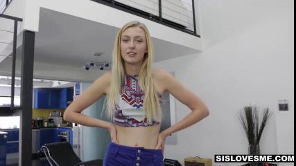 Блондинка в сексуальном белье отшлепала себя и трахнула пальцами