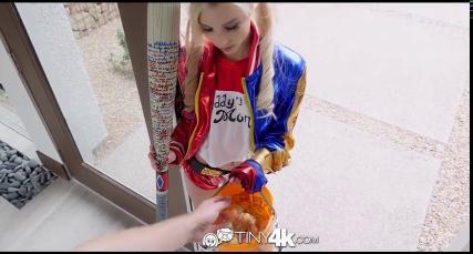 Блондинка в ярком халате отсосала у мужика на лестнице и раздвинула перед ним ноги