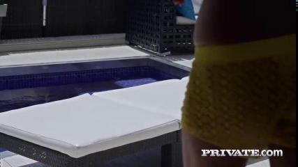 Латинка в белом купальнике флиртует с иностранцем и раздвигает перед ним ноги в номере отеля