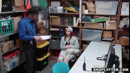 После кражи, воровка отрабатывает прощение минетом и сексом