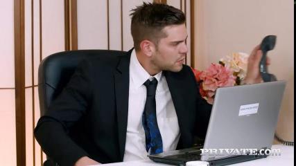 Секретарша, чтобы продвинуться по карьере, предложила свою промежность для траха своему начальнику