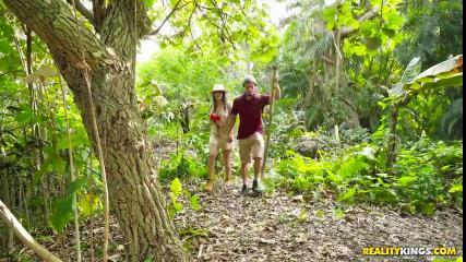 Жопастая курва предложила парню секс на природе