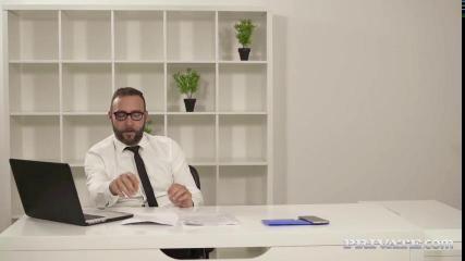 Испанская секретарша пригласила начальника на глубокий трах в задницу
