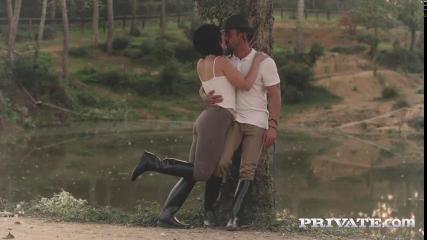 Мускулистый мужик трахает грудастую мамку после конной прогулки