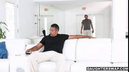Две кучерявые мулатки отдаются мужчинам на белоснежном диване и ублажают их минетом