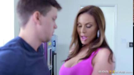 Сексуальная девушка с большими буферами заводит парня на кухне и трахается с ним на полу