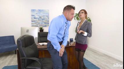 Босс в синей рубашке пялит стройную девушку с большим клитором