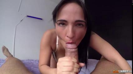 Красотка мастурбирует клитор во время секса с бывшим зеком