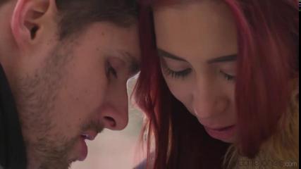 Женщина с красными волосами на отдыхе шпилится с женатым европейцем