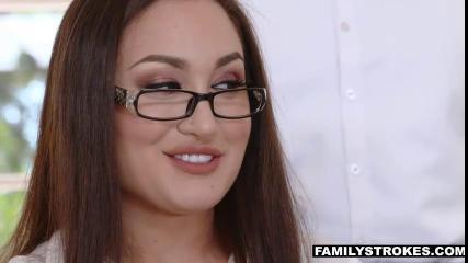 Негр с большим членом знает, как довести телку в очках до оргазма