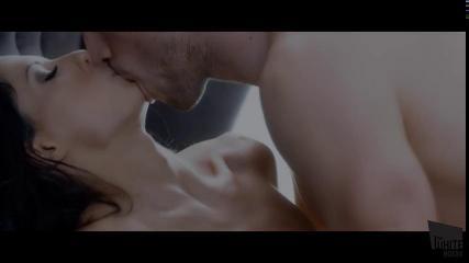 Красивая парочка занимается сексом на шикарной постели