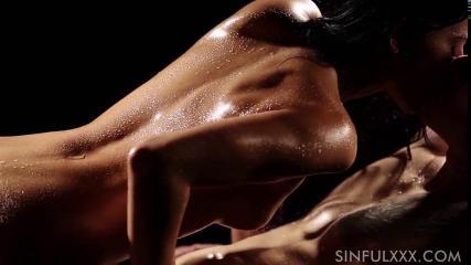 Страстный секс с загорелой девушкой в темноте