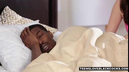 Чернокожий мужик трахает брюнетку на белоснежной постели