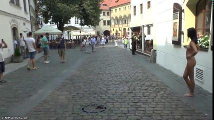 Темноволосая развратница разгуливает по улице совершенно обнаженной
