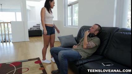 Татуированный парень с наушниками на шее трахает жопастую брюнетку в джинсовых шортах