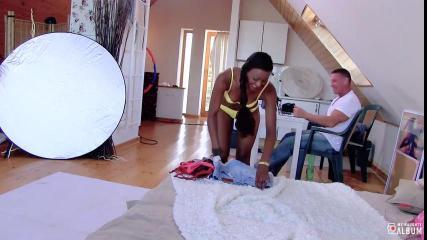 Мускулистый фотограф в студии трахнул аппетитную негритянку с длинными ногами