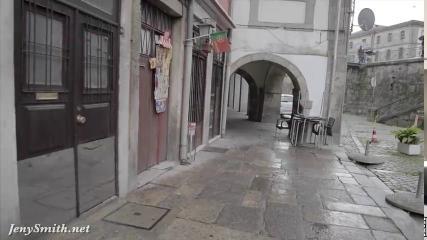 Девушка в полуобнаженном виде прогуливается по городу