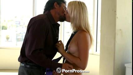 Блондинка познает прелести куни и орального секса