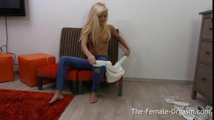 Блондинка сняла джинсы и надрачивает киску мега вибратором